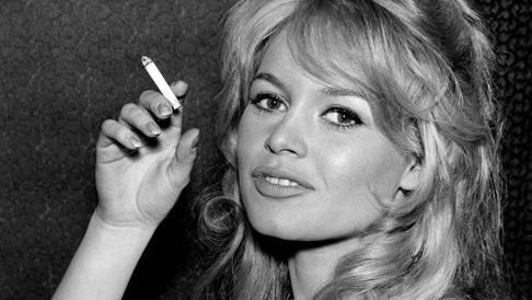 Brigitte Bardot z papierosem